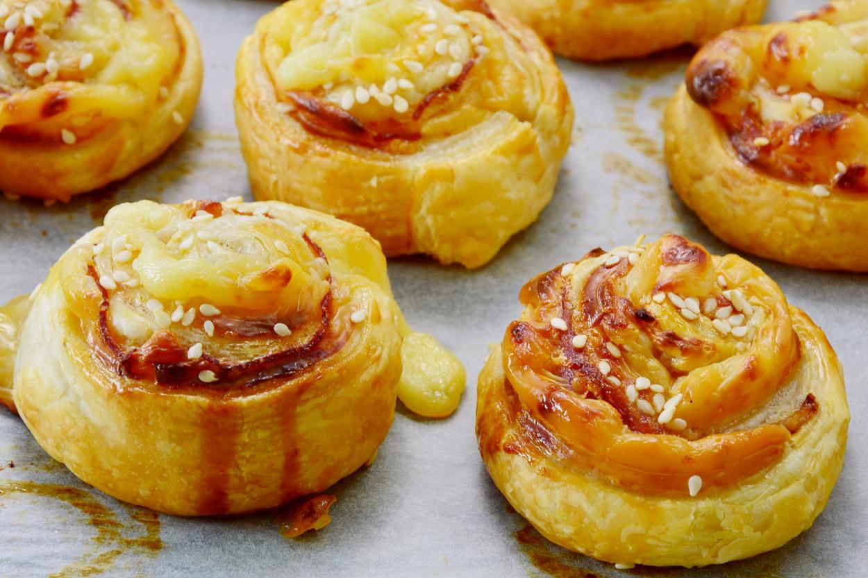 PRAZNIČNI RECEPT: Slastni zvitki s sirom & slanino