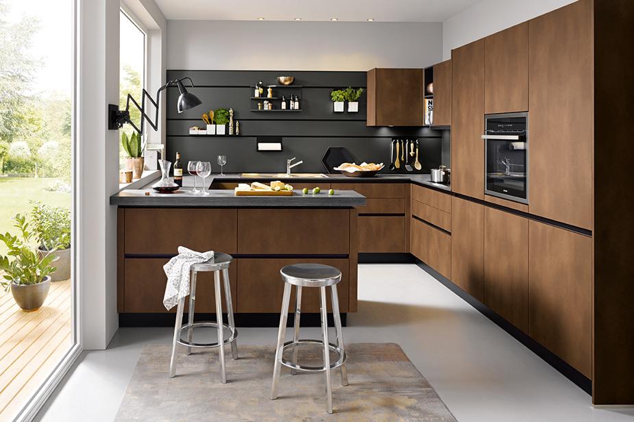 Kuhinja Schüller v rjavi s črnimi detajli