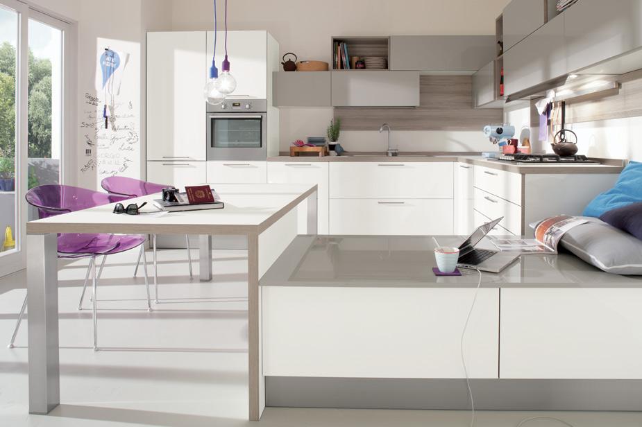 Kuhinja Veneta Cucine bela barva in sivi detajli