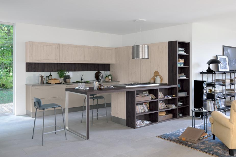 Kuhinja Veneta Cucine rjava barva v kombinaciji z lesom