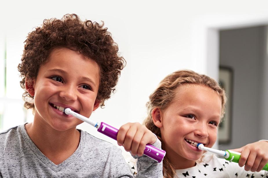 Otroka in električna zobna ščetka Oral-B vijolične in zelene barve
