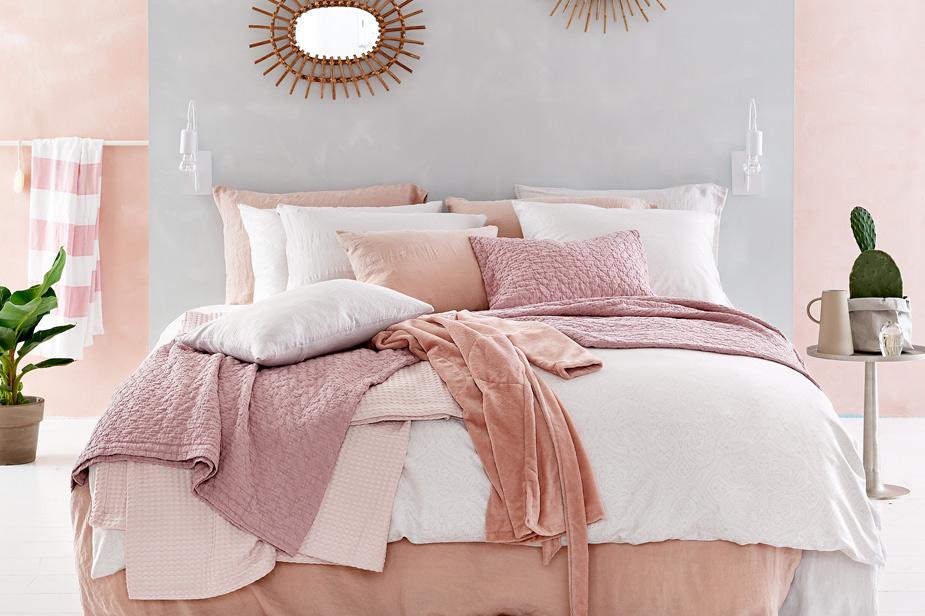 Posteljnina bela roza barva in teksture