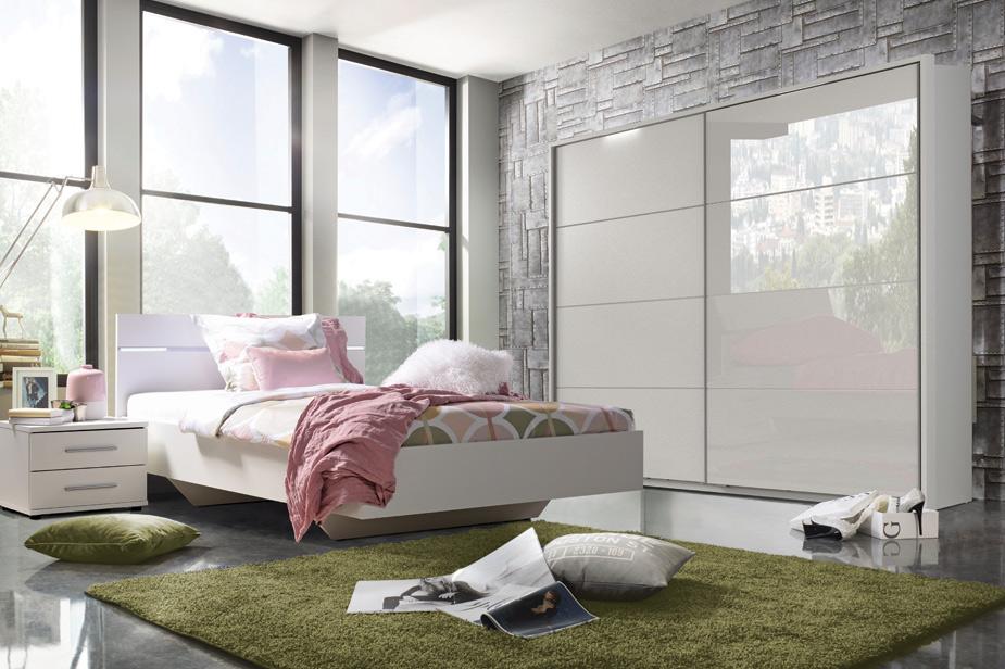 Spalnica bela barva z omaro in posteljo