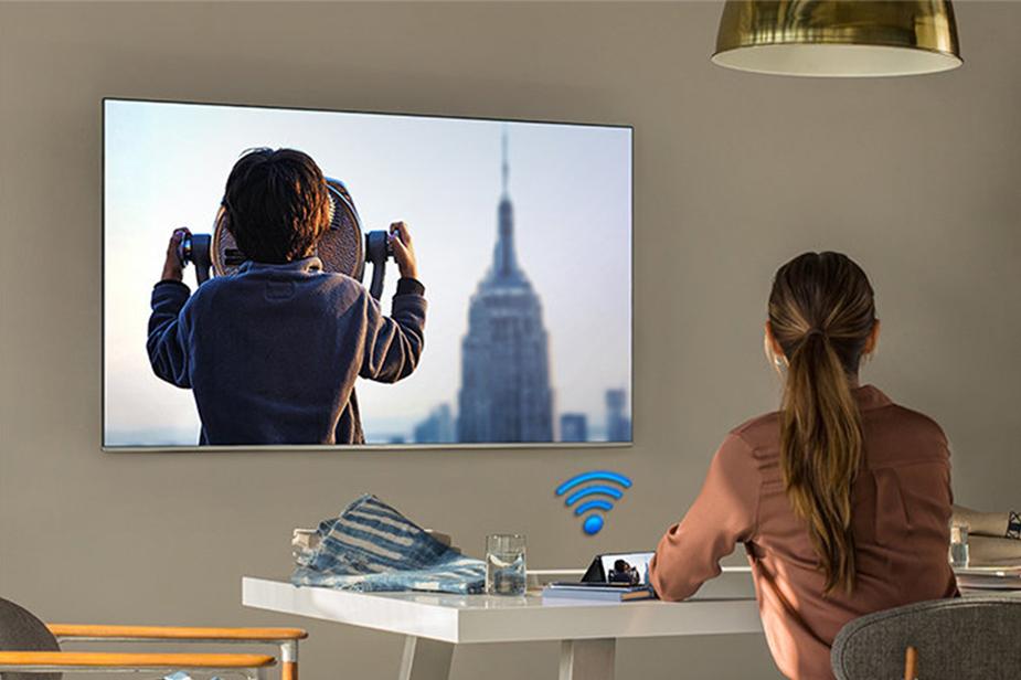 Televizor Samsung na steni