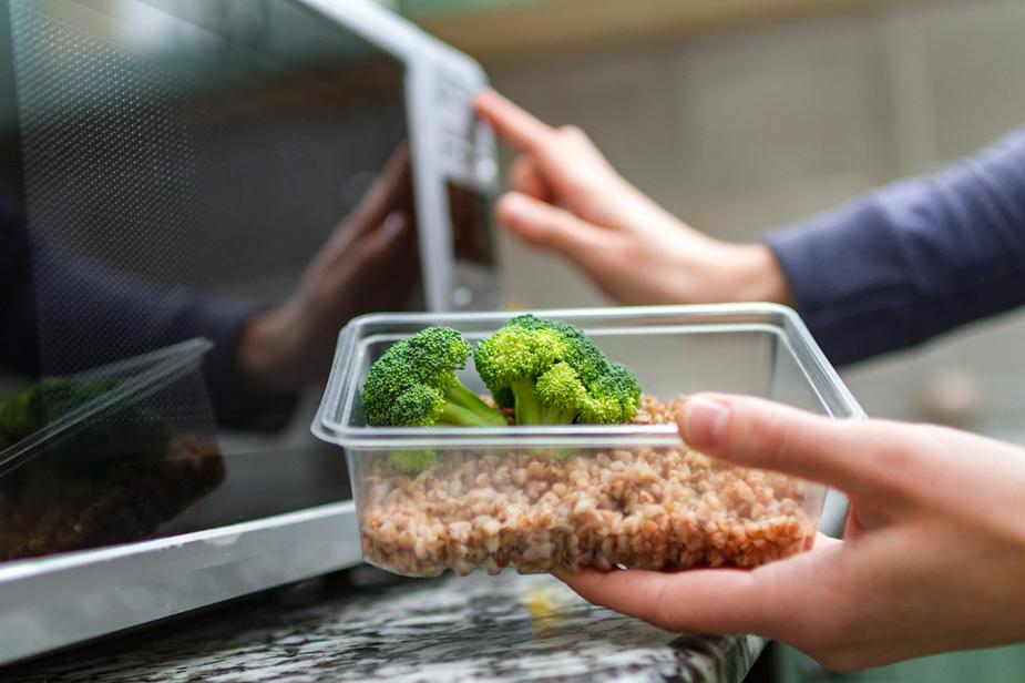 Mikrovalovna pečica za pogrevanje hrane