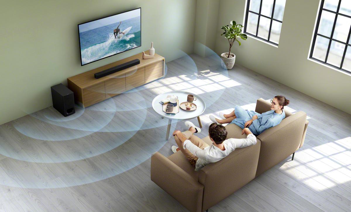 Soundbar zvočnik v dnevni sobi pred parom na kavču