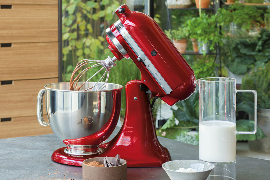 Kuhinjski robot KitchenAid Artisan rdeč z metlico za stepanje