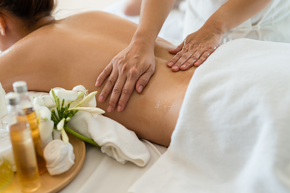 Ročna masaža hrbta v wellness salonu